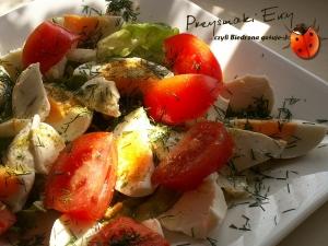 Sałatka z jajkiem, mozzarellą, pomidorem i koperkiem