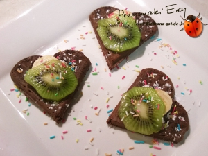 Mocno czekoladowe gofry z dodatkiem owoców