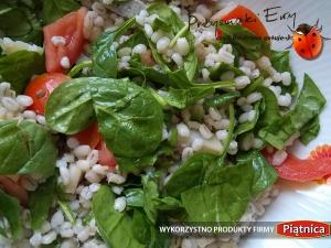 Sałatka z pęczaku, śledzia, pomidora oraz młodych liści szpinaku