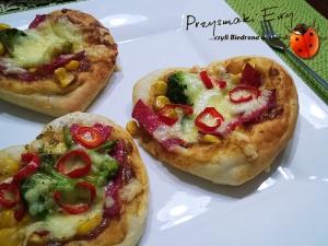 Mini pizze w kształcie serca  z salami, brokułem i papryczką chili - walentynkowa pizza
